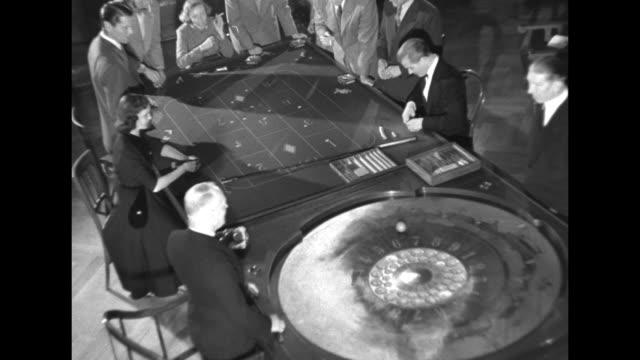 vídeos y material grabado en eventos de stock de high angle view of roulette game in play / young man rakes in winnings and slides casino tokens to the croupier /note exact day not known - ruleta