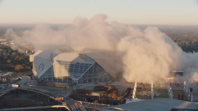"vidéos et rushes de ws. high angle view of smoke from implosion of georgia dome stadium ""georgia world congress center"" on november 20, 2017, in downtown atlanta, georgia. - imploding"