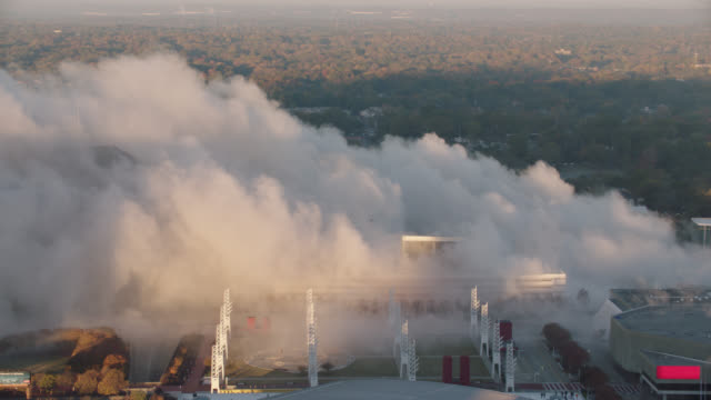 "vidéos et rushes de high angle view of smoke from implosion of georgia dome stadium ""georgia world congress center"" on november 20, 2017, in downtown atlanta, georgia. - imploding"