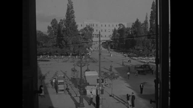 vidéos et rushes de high angle view of syntagma square ; greek people chatting - athens greece
