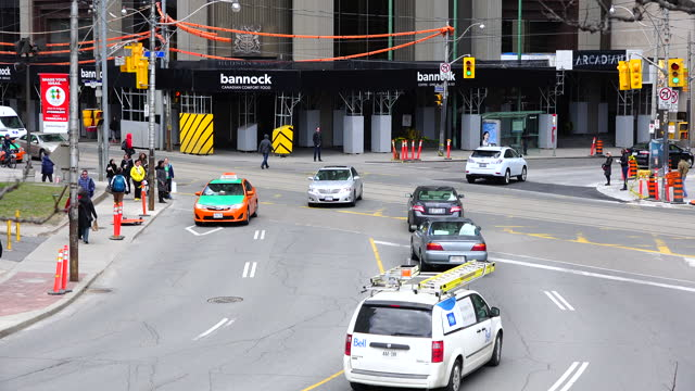 vídeos de stock, filmes e b-roll de high angle view of the downtown district intersection in bay and queen street west on july 29, 2017; in toronto, ontario, canada. incidental people... - ponto turístico local