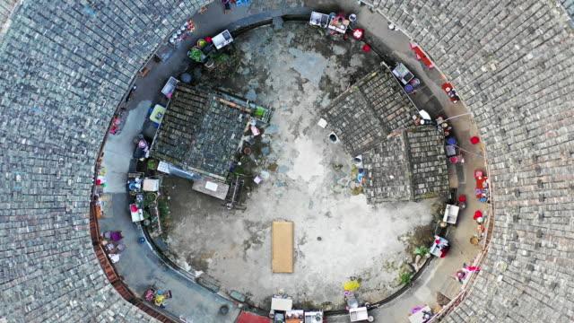 hochwinkelansicht des fujian tulou (hakka roundhouse) - unesco welterbestätte stock-videos und b-roll-filmmaterial