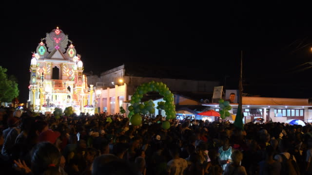 stockvideo's en b-roll-footage met high angle view of the general ambiance in the main street where the 'parrandas' are held as a traditional festival for more than 100 years a crowd... - sociale geschiedenis