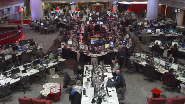 vidéos et rushes de high angle view of the newsroom at bbc broadcasting house - bbc