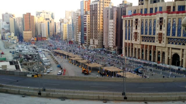 high angle view of the pilgrims moving on roads towards al haram mosque. - wallfahrt stock-videos und b-roll-filmmaterial