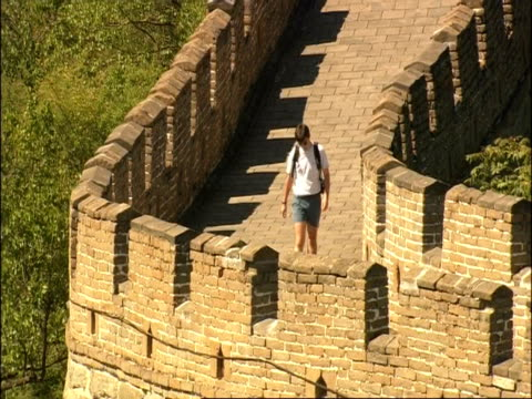 high angle view of tourist walking on the great wall of china, mutianyu, china - mutianyu stock videos & royalty-free footage