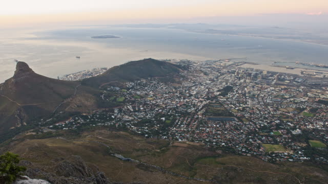 t/l high angle view over cape town lighting up as night falls, south africa - 半島点の映像素材/bロール