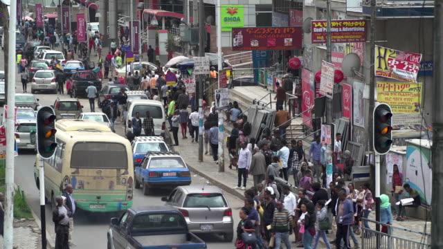 混雑したアフリカの都市アディスアベバ(エチオピア)の高角ビュー - アジスアベバ点の映像素材/bロール