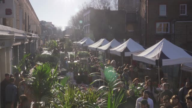 a high angle view over the crowds at columbia road flower market, london, uk. - 商売場所 市場点の映像素材/bロール