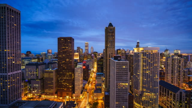 high angle view time lapse of chicago's skyline - zeitraffer tag bis nacht stock-videos und b-roll-filmmaterial