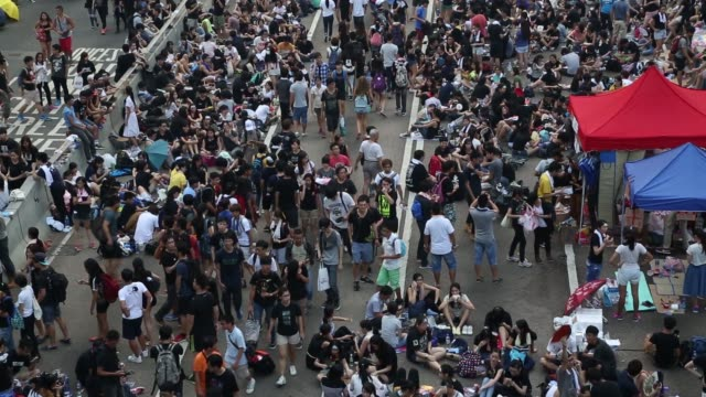 vídeos de stock, filmes e b-roll de high angle views demonstrators gather near the central government offices in the business district of admiralty in hong kong, china, on tuesday,... - high street