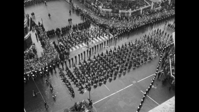 vídeos y material grabado en eventos de stock de high angle vs marchers in coronation parade / marchers passing reviewing stands / mounted horsemen followed by carriage / tilt down big ben house of... - jurado derecho