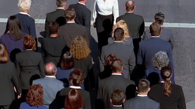 vídeos de stock, filmes e b-roll de high angle wide shot black businesswoman walking against traffic flow of large group of business people - sobressaindo nas multidões