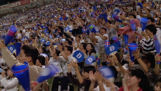 stockvideo's en b-roll-footage met high angle wide shot chunichi dragons fans cheering at tokyo dome / japan - druk spanning