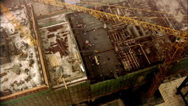 vídeos y material grabado en eventos de stock de high angle wide shot crane looming over construction site/ beijing, china - noreste de china