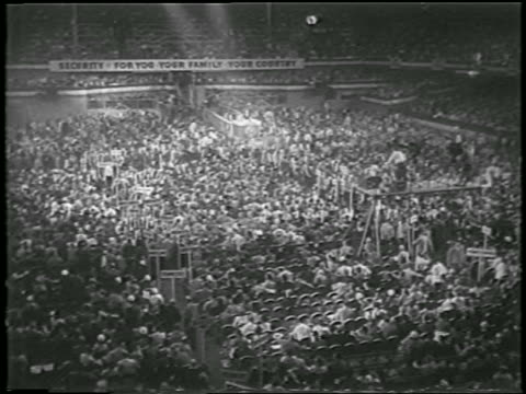 vídeos y material grabado en eventos de stock de high angle wide shot crowd at democratic national convention / chicago / newsreel - 1952