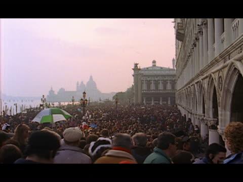 vidéos et rushes de high angle wide shot crowd of people gathered in piazza san marco / basilica di santa maria della salute in background venice, italy - tourisme