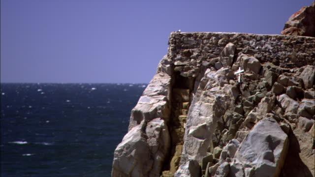 vídeos de stock, filmes e b-roll de high angle wide shot horizon over ocean and waves crashing on rocky coast/ malibu, california - pacífico norte
