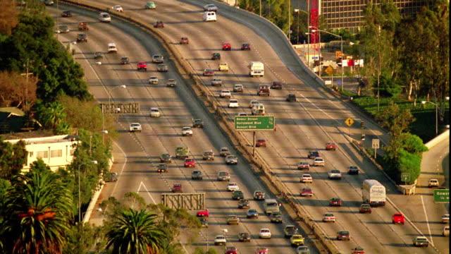 high angle wide shot long shot traffic on wide highway / los angeles, california - 主要道路点の映像素材/bロール