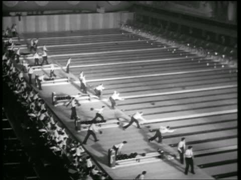 vídeos de stock, filmes e b-roll de b/w 1938 high angle wide shot men bowling at same time on different lanes in professional league / chicago - cancha de jogo de boliche