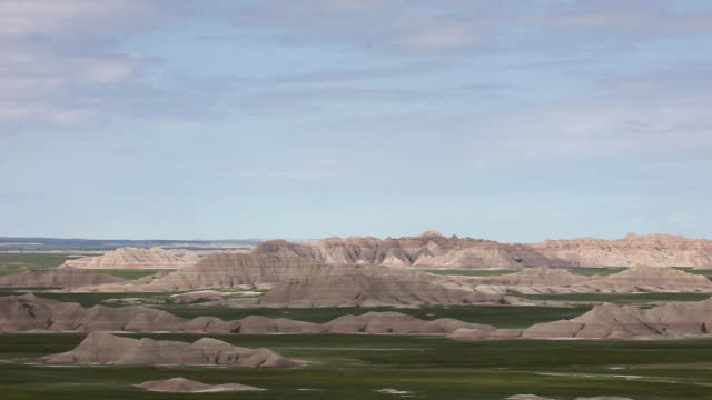 high angle wide shot of mountains in badlands national park - バッドランズ国立公園点の映像素材/bロール