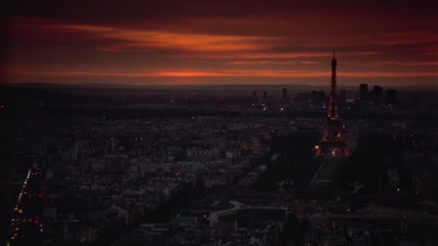 vídeos de stock, filmes e b-roll de high angle wide shot of time lapse sunset over paris with eiffel tower - céu romântico