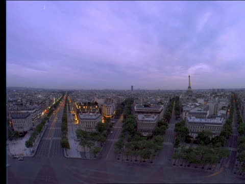vídeos de stock e filmes b-roll de high angle wide shot of time lapse traffic on paris streets at dusk - 1993