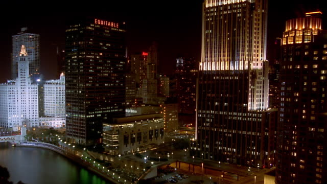 high angle wide shot pan time lapse traffic moving on bridges and streets downtown chicago at night - レガッタリグレービル点の映像素材/bロール