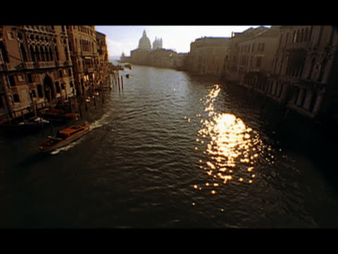 vídeos y material grabado en eventos de stock de high angle wide shot sunlight reflecting off surface of water of canal / boats travelling up and down the canal / venice, italy - formato buzón