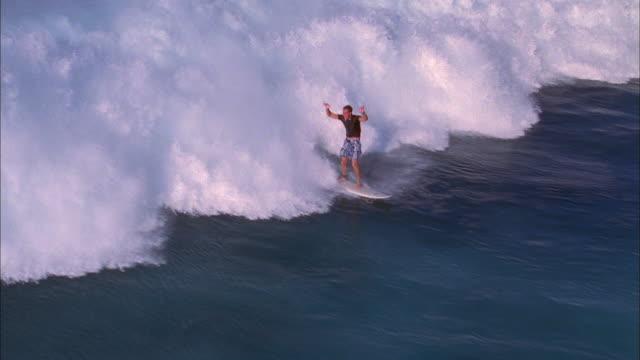 high angle wide shot surfer riding wave / wiping out - falla av bildbanksvideor och videomaterial från bakom kulisserna