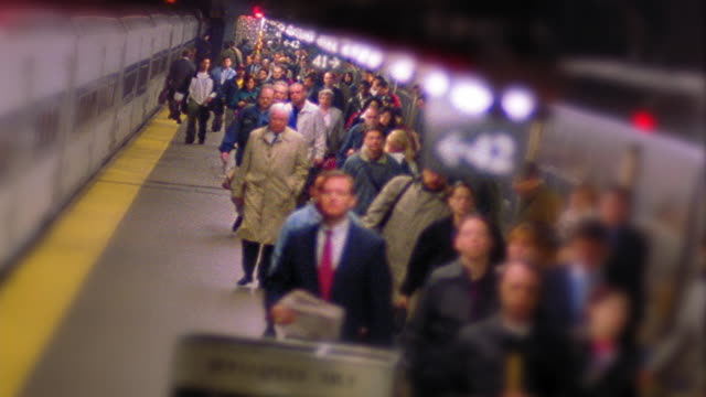 canted high angle wide shot time lapse commuters exiting train + platform at rush hour / grand central terminal, nyc - stazione della metropolitana video stock e b–roll