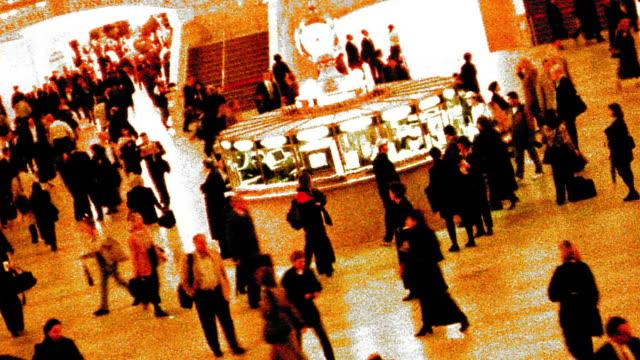 vidéos et rushes de grainy cross process canted high angle wide shot time lapse commuters in grand central station / nyc - procédé croisé