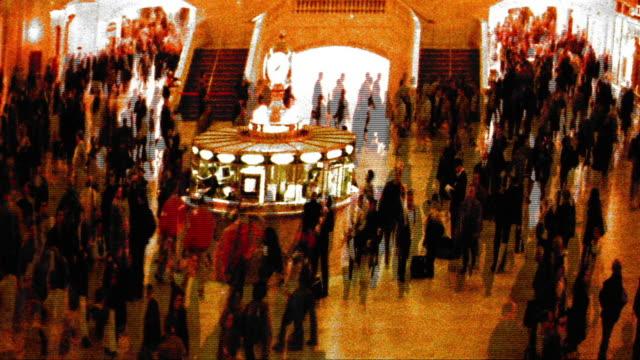 vidéos et rushes de grainy cross process high angle wide shot time lapse commuters in grand central station / nyc - procédé croisé