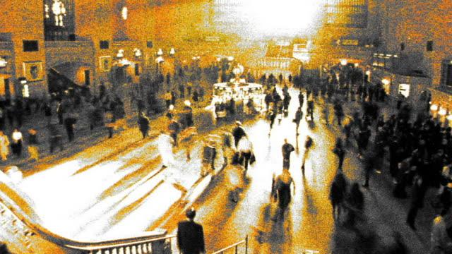 vidéos et rushes de grainy cross process high angle wide shot time lapse commuters walking in grand central station / nyc - procédé croisé