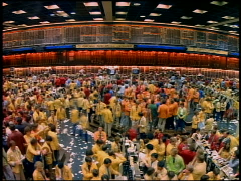high angle wide shot time lapse crowd of busy stockbrokers on chicago mercantile exchange trading floor with room emptying - bull market stock videos & royalty-free footage