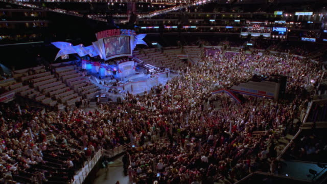stockvideo's en b-roll-footage met high angle wide shot time lapse democratic national convention with large crowd leaving arena after event / los angeles, ca - presidentsverkiezing
