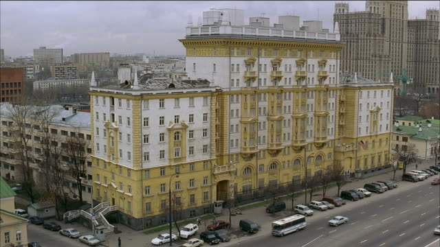 high angle wide shot us embassy in moscow / parked cars and traffic outside building / russia - us embassy stock videos & royalty-free footage