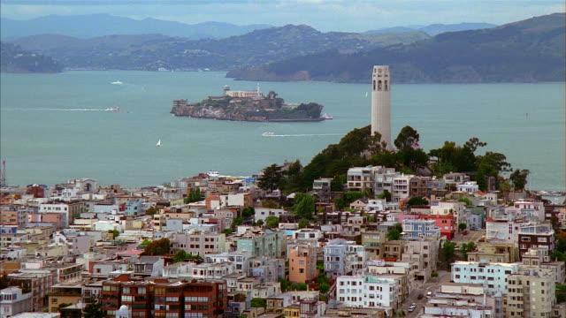 vídeos de stock, filmes e b-roll de high angle wide shot view of coit tower and alcatraz / san francisco, california - baía de são francisco