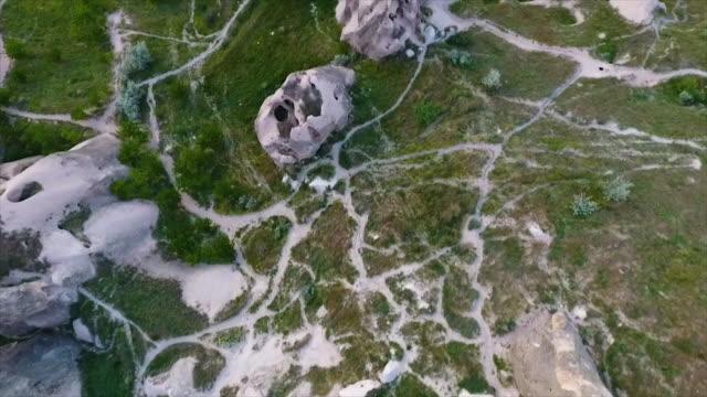 vídeos de stock e filmes b-roll de high angled, tracking shot of tall, pointed rocks - exposto ao ar