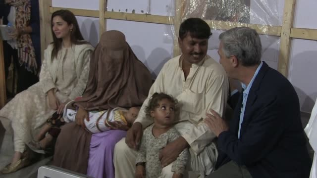 stockvideo's en b-roll-footage met high commissioner for refugees filippo grandi visits a repatriation centre in pakistan - repatriëring