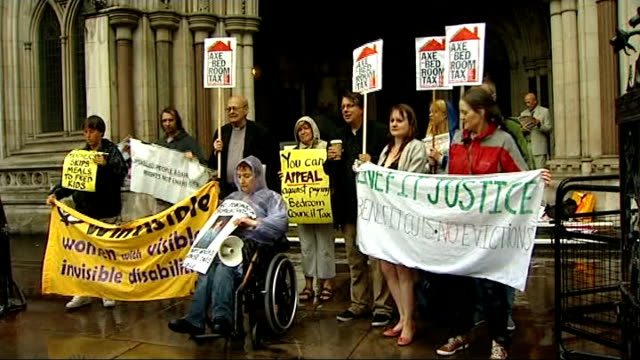 vídeos y material grabado en eventos de stock de high court dismisses 'bedroom tax' legal challenge england london high court ext general view of group of protesters holding placards man holding... - placard