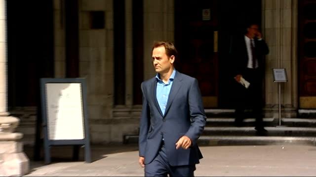vídeos de stock, filmes e b-roll de high court rules against bbc over top gear character the stig revealing true identity england london high court ext ben collins from court after... - biografia