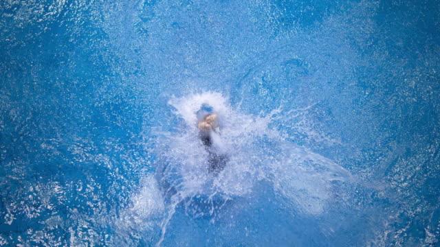 Alta sommozzatore saltare in acqua