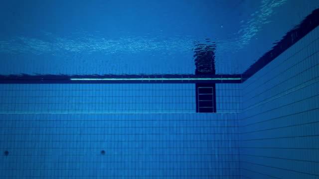 vidéos et rushes de un plongeur de plonger dans l'eau - en haut