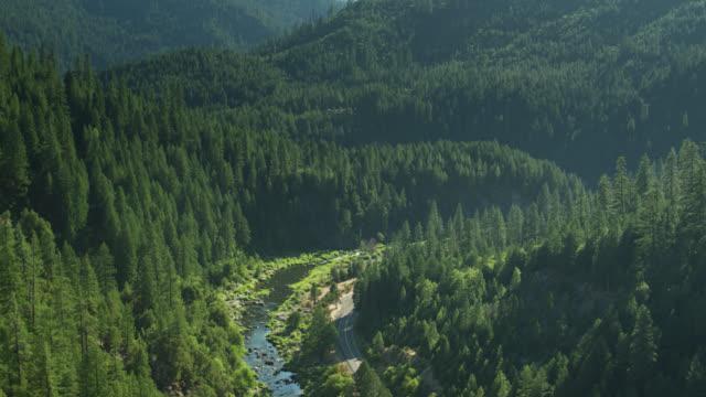 stockvideo's en b-roll-footage met hoge drone vlucht over curving road en feather river in noord-californië - californian sierra nevada