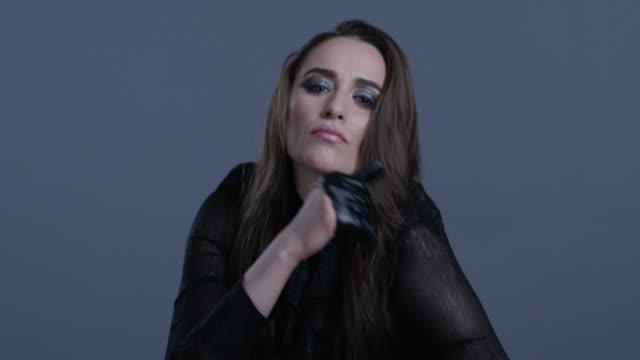high-fashion-modell gekleidet in schwarzem lederhandschuhe schwarz bewegt ihre hände. mode video. - menschliche gliedmaßen stock-videos und b-roll-filmmaterial