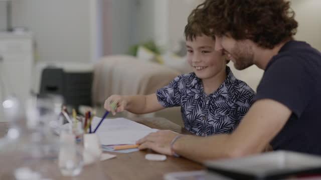 vídeos de stock e filmes b-roll de high five for home schooling! - dar mais cinco