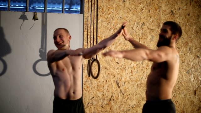 hohe fünf für ein erfolgreiches training - halbbekleidet stock-videos und b-roll-filmmaterial