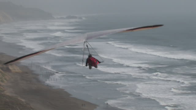 high flying hang glider (hd) - hang gliding stock videos and b-roll footage