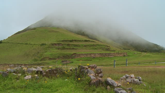vídeos de stock e filmes b-roll de high hills and the cloudy sky - orvalho